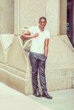 Bolso que lleva del hombre afroamericano joven, viajando en N Fotos de archivo