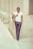 Bolso que lleva del hombre afroamericano joven, viajando en N Imagenes de archivo