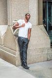 Bolso que lleva del hombre afroamericano joven, viajando en N Fotografía de archivo
