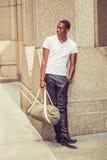 Bolso que lleva del hombre afroamericano joven, viajando en Nueva York Imágenes de archivo libres de regalías