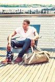 Bolso que lleva del hombre afroamericano joven, viajando en Nueva York b Fotografía de archivo