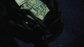 Bolso que pone criminal peligroso con los dólares en el tronco de coche, asesino del contrato metrajes