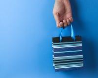 Bolso rayado azul del regalo Fotos de archivo libres de regalías