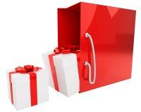 Bolso rojo brillante con un par de regalos aislados Imagen de archivo