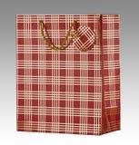 Bolso rojo del regalo con la etiqueta Fotografía de archivo libre de regalías