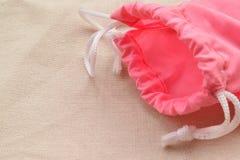 Bolso rosado en el paño natural fotos de archivo
