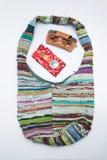 Bolso tejido con los accesorios fotografía de archivo libre de regalías