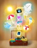 Bolso turístico con los iconos coloridos del verano Foto de archivo libre de regalías