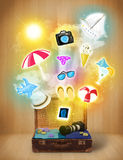 Bolso turístico con los iconos y los símbolos coloridos del verano Fotografía de archivo