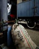 Bolso viejo del correo en una plataforma de la estación de tren Imagen de archivo