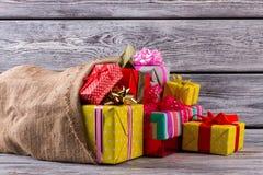 Bolso viejo grande con los regalos de Navidad Imagenes de archivo