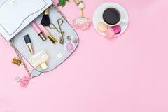 Bolso y accesorios del ` s de las mujeres en un fondo rosado Visión desde Foto de archivo libre de regalías