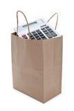 Bolso y calculadora de compras del papel de Brown Fotos de archivo libres de regalías