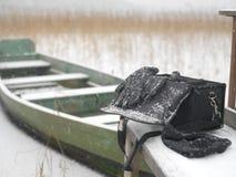 Bolso y guantes debajo de la nieve Fotografía de archivo