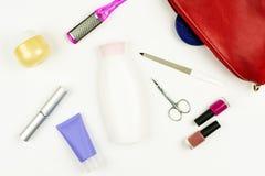 Bolso y herramientas, leg& x27 de la manicura; careconcept del clavo de s en el fondo blanco Endecha plana Fotografía de archivo libre de regalías