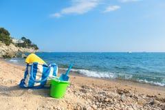 Bolso y juguetes de la playa en la playa Imágenes de archivo libres de regalías