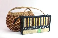 Bolso y monedero tejidos hechos a mano Imagenes de archivo