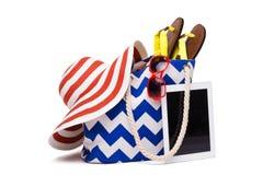 Bolso y ordenador de la playa del verano Imágenes de archivo libres de regalías