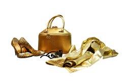 Bolso y sus mismos accesorios del color, zapatos del ` s de las mujeres del oro con de largo Fotos de archivo