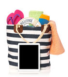 Bolso y tableta de la playa Imágenes de archivo libres de regalías