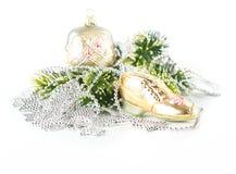 Bolso y zapato como decoración del árbol de navidad imagen de archivo libre de regalías