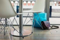 Bolsos abandonados en un café Imagen de archivo libre de regalías