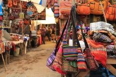 Bolsos coloridos en el mercado local de Perú Fotografía de archivo