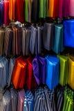 Bolsos coloridos en la exhibición Imagen de archivo libre de regalías