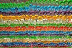 Bolsos coloridos plásticos usados fotos de archivo