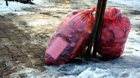 Bolsos de basura en la calle Imágenes de archivo libres de regalías
