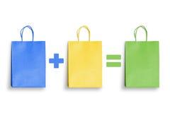 Bolsos de compras coloridos Compra más las compras iguales a la suma Fotografía de archivo