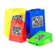 Bolsos de compras coloridos con código de QR imágenes de archivo libres de regalías