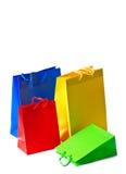 Bolsos de compras coloridos Concepto de la venta - mano con la lupa imágenes de archivo libres de regalías