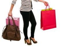 Bolsos de compras de la mujer que llevan Foto de archivo libre de regalías