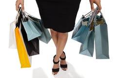 Bolsos de compras de la mujer que llevan joven Imagen de archivo libre de regalías