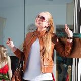 Bolsos de compras de la mujer que llevan joven Foto de archivo libre de regalías