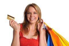 Bolsos de compras del holdind de la chica joven y de la tarjeta de crédito Fotos de archivo