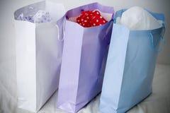 Bolsos de compras del regalo del papel blanco, púrpura y azul Fotos de archivo libres de regalías