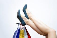 Bolsos de compras en el talón del zapato Fotos de archivo libres de regalías