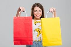Bolsos de compras felices de la explotación agrícola de la mujer Fotos de archivo libres de regalías