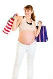 Bolsos de compras femeninos embarazados felices de la explotación agrícola Fotografía de archivo libre de regalías