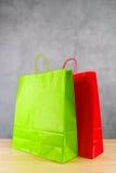 Bolsos de compras verdes y rojos Imágenes de archivo libres de regalías