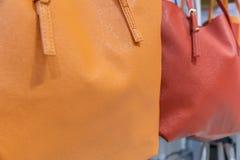 Bolsos de cuero en el contador en la tienda Imagen de archivo libre de regalías
