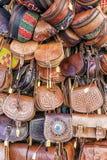 Bolsos de cuero en el mercado contrario Imagen de archivo libre de regalías
