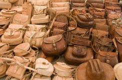 Bolsos de cuero en un mercado en México Imagenes de archivo