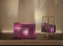 Bolsos de cuero mujeres rosado-púrpuras fucsias de Bulgari de las pequeñas en la ventana Imagen de archivo