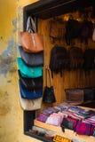 Bolsos de cuero viejos en estantes de la tienda, Hoian (Vietnam) Fotografía de archivo