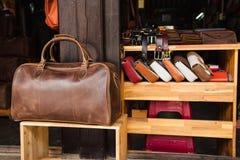 Bolsos de cuero viejos en estantes de la tienda, Hoian (Vietnam) Imagenes de archivo