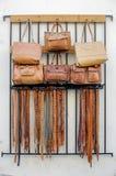 Bolsos de cuero y correas hechos a mano para la venta Fotos de archivo libres de regalías