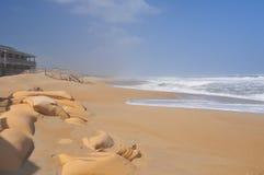 Bolsos de la arena que intentan proteger la playa Fotos de archivo